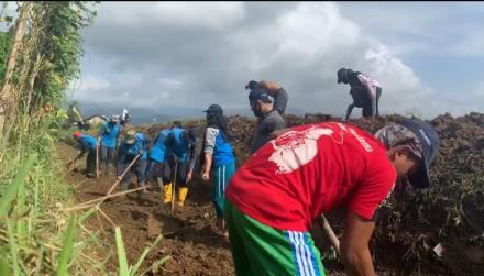 Hadapi Musim Penghujan, Masyarakat Desa Mlinjon Bersama KKN Unesa Bersihkan Selokan.